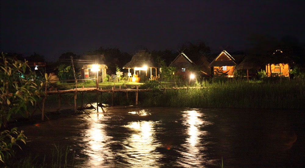Iconic bungalows by the Pai river by night. Source: http://www.thaismile.jp